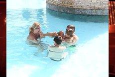 Vendula Svobodová se synem Jakubem dovádějí v bazénu