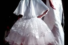 Agáta si očividně neužila svůj svatební den dostatečně, uspořádala proto přehlídku svatebních šatů