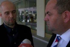 Šéfredaktor deníku Sport Lukáš Tomek předal Miroslavu Peltovi seznam lidí, kteří podpořili výzvu Sportu Dejme kmotrům červenou.
