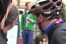 Bláznivý Taclík přijel do Varů na kole. Jel to skoro tři dny a nemůže chodit