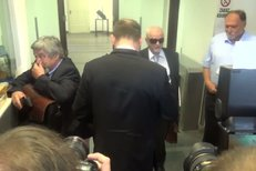 Expremiér Petr Nečas dorazil k výslechu na policii.