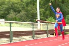 Podívejte se, jak to šampionce Hejnové běhá v kostýmu Supermana!