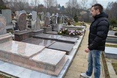Paparazzi: Petr K. u hrobu manželky a dcery!