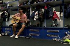 Hokejový obr Vitásek: Začal teprve před rokem, ale už válí na kytaru