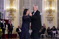 Ivana nebude sedět v koutě: Takhle Zeman plesal s první dámou