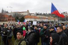 Demonstrace za Zemana a proti vládě:  Řečník čte výpověď premiérovi Sobotkovi