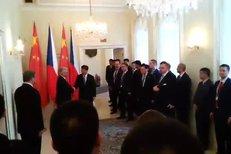 Příchod čínského prezidenta na jednání se šéfem Senátu Milanem Štěchem