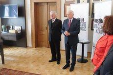 Václav Klaus vítá v Institutu ekonoma Třísku i manželku Livii Klausovou