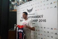 Tomáš Satoranský ukazuje novinářům svůj dres Washingtonu s číslem 31