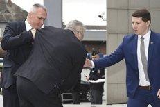 Klopýtnutí Miloše Zemana: Při pádu ho chytil bodyguard, prezident ztratil botu