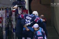 Liberec - Chomutov: Au, to bolelo! Vladimíra Růžičku trefil puk do nohy a z ledu zamířil do kabiny