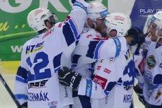 Kometa Brno - Mountfield HK: Hosté vyhodili puk, toho se ujal Němec a otevřel skóre, 1:0
