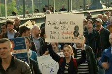 """""""Diktátor! Diktátor!"""" Protest v Budapešti proti tažení Orbánovy vlády proti univerzitě založené miliardářem Sorosem"""