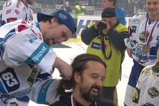 Vlasy dolu! Ondřej Němec ostříhal kondičního trenéra Miloše Pecu