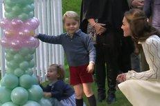 Princezna Charlotte a princ George si hrají s balónky