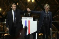 Macron slavil vítězství s manželkou i vnučkou. Brigitte, Brigitte, skandoval dav