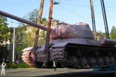 Přenesení růžového tanku na prostranství před evangelický chrámt na Komenského náměstí v centru Brna začalo pár minut po šesté hodině ranní. Tank coby součást výstavy Kmeny 90 zůstane v Brně minimálně 2 měsíce