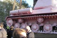42 tun těžký růžový tank houpající se v ranním slunci v popruzích fascinoval řadu kolemjdoucích Brňanů