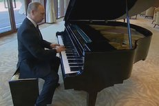 Putin si vzpomněl na dětství. V Pekingu si zahrál na klavír.