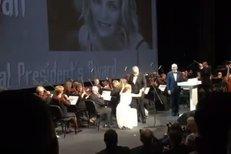 Uma Thurman převzala cenu: Před Bartoškou poklekla