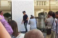 Jeremy Renner v Karlových Varech: Obě ruce má zraněné! Nemohl se podepisovat!