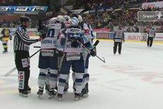Zlín - Kometa Brno: Puk se odrazil od betonů brankáře, Hynek Zohorna ho dorazil do sítě, 0:3