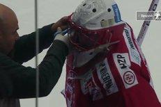 Třinec - Liberec: Problémy s maskou! Bakoš vystřelil tak prudce, až Hrubcovi rozbil plex