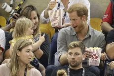 Princ Harry vtipkoval s drzou holčičkou, která mu ujídala popcorn. Jeho reakce byla dokonalá!