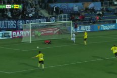 Slovácko - Karviná: Lischka odkopával Havlíkův centr, málem si dal vlastní gól