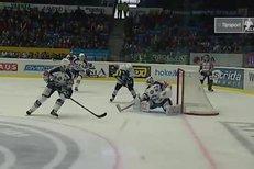Plzeň - Kometa: Odražený puk se dostal Mertlovi na hůl, ten bezchybně pálil, 1:0