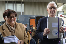 Drahoš přivezl podpisy v dodávce: Nasbíral jich 142 tisíc