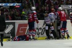 Pardubice - Mountfield HK: David Tomášek zůstal po střetu s Pavlíkem ležet na ledě