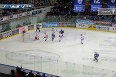 Kometa Brno - Třinec: Tyč! Hynek Zohorna za nerozhodného stavu rozezvučel pouze brankovou konstrukci
