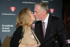Topolánek oficiálně představil manželku Lucii Talmanovou. Dali si pusu