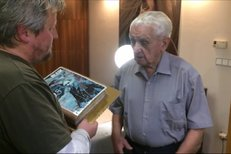 Už 95. narozeniny oslaví v neděli Emil Boček, náš poslední žijící válečný stíhací pilot britského Královského letectva. Od redakce Blesku dostal dort.