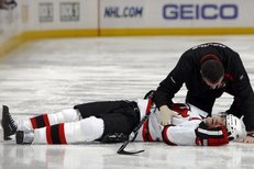 Ryan Wilson tvrdě zasáhl Patrika Eliáše, kterého museli z ledu odnést na nosítkách