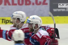 Pardubice - Třinec: Je hotovo, Martin Kaut poslal puk do prázdné brány, 6:3
