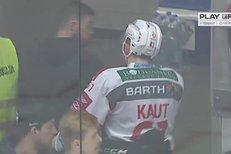 Třinec - Pardubice: To je smůla! Zakrvácený Kaut zamířil na šití, puk ho trefil do nosu