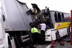 Při tragické nehodě autobusu na Slovensku zemřeli dva lidé