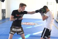 Zpěvák Vojta Drahokoupil: Kvůli klipu trénuje s mistrem v Muay Thai!