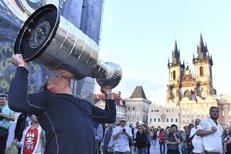 Hurá na Staromák! Vrána protáhl Stanley Cup centrem Prahy