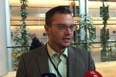 Europoslanec Polčák o jednorázových plastech: Proč bychom měli jíst plastovými příbory, když ty dřevěné jsou šetrnější?