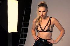 Česká Miss Earth Mališová: V průhledné podprsence a sexy kožených kalhotech!
