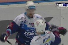 Olomouc - Kometa Brno: Petr Holík utekl domácí obraně a tváří v tvář Konrádovi snížil na rozdíl jediné branky, 1:2