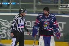 Kometa Brno - Vítkovice: Bartošák naštvaně mrštil maskou o led