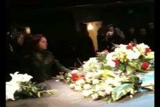 Stovky lidí se přišly rozloučit s Petrem Mukem.