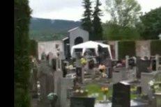Hrobník v povzdálí chystá místo posledního odpočinku Petra Muka.