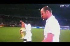 Naštvaný Wayne Rooney odchází z trávníku po remíze s Alžírskem