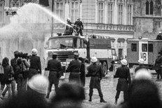 Jan Šibík popisuje zákulisí svých fotek z demonstrací z roku 1989