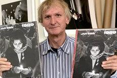 Jan Šibík komentuje některé fotografie na své výstavě 1989